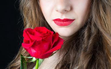 Labbra con rosa rossa su sfondo nero