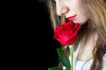 Ragazza con rosa rossa su sfondo nero