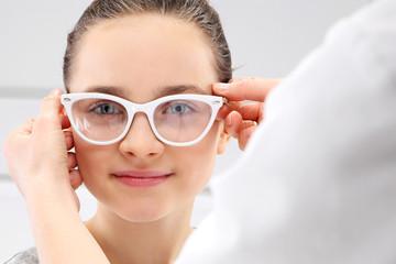 Dobór okularów, mała dziewczynka u okulisty