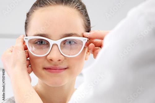 Fototapeta Dobór okularów, mała dziewczynka u okulisty