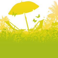 Liegestühle mit Sonnenschirm im Palmengarten