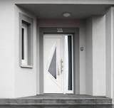 Moderner Eingang eines Neubaus in grau
