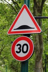 panneau routier 30 et dos d'âne