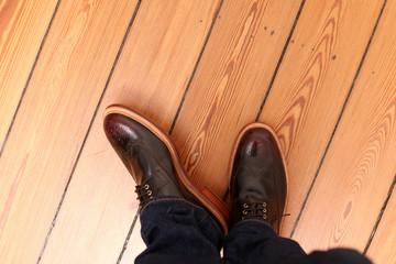 Moderne Herrenschuhe und Jeans