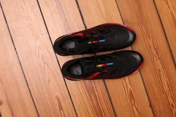 Besondere schwarz-rote Sportschuhe