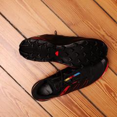 Schwarz-rote Sportschuhe