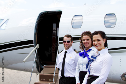 Pilot and stewardesses by plane - 75099253