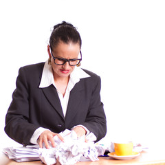 gestresste Business-Frau mit Papier knüllen - isoliert