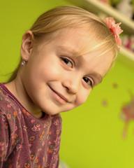 petite fille avec sapin de noël