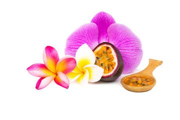 fruit de la passion dans une cuillière avec ornement de fleurs
