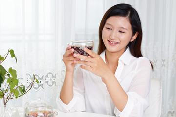 ティータイムを楽しむ女性