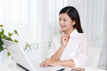 パソコンを楽しむ女性