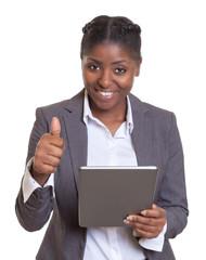 Geschäftsfrau aus Afrika mit Tablet zeigt den Daumen