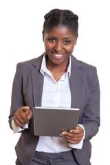 Moderne Geschäftsfrau aus Afrika mit Tablet