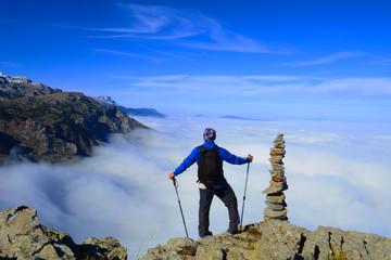 sisli dağların zirvesinde büyüleyici manzara