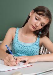 Junges Mädchen lernt in der Schule