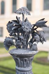 metallornament am zaun im schloss schönbrunn in wien