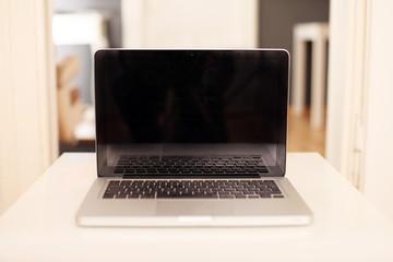 Laptop in einem modernen Büro