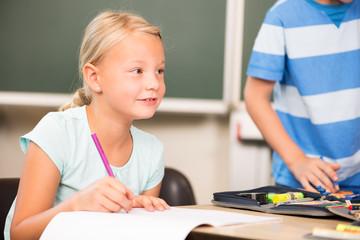 Junges Mädchen in der Grundschule