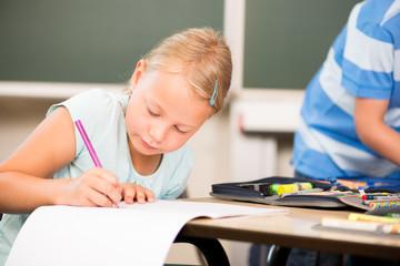 Mädchen schreibt in der Grundschule