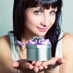 Портрет красивой молодой женщины с подарком