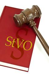 Buch mit Richterhammer aus Holz mit STVO