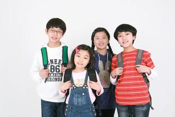 스튜디오 안의 초등학생 어린이들