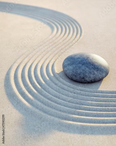 Leinwanddruck Bild Stein und Wellen im Sand Hochformat
