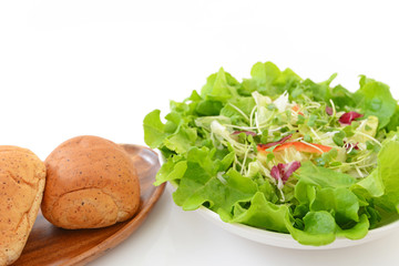 美味しそうなサラダとパン