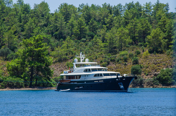 яхта на стоянке у острова