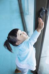 戸締まりをする女の子
