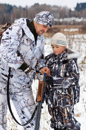 Plexiglas Jacht hunter shows his son how to charge the sporting gun