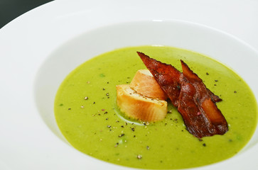 Pea soup with grilled bread and fried bacon