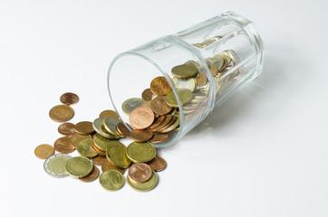 Geld im ungefallenen Glas