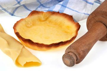 Tartelette cuite et vide avec rouleau à pâtisserie