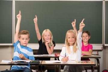 Kinder melden sich in der Schule