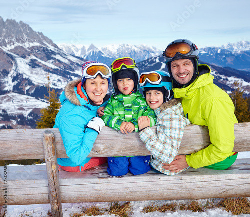 Papiers peints Glisse hiver Family enjoying winter vacations.