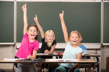 Kinder melden sich in der Grundschule