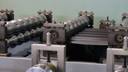 Automated machine making aluminium profiles