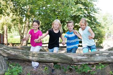 Kinder springen auf dem Spielplatz