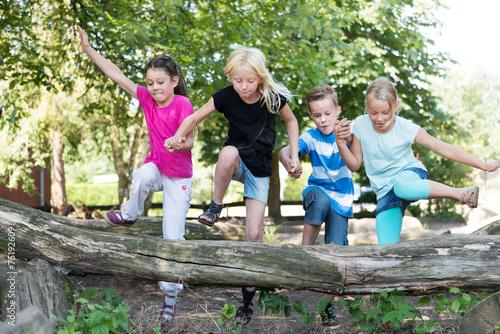 Leinwanddruck Bild Kinder auf dem Spielplatz