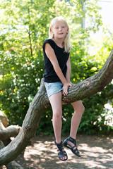 Mädchen klettert auf dem Spielplatz