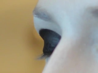Applying a shadow on the upper eyelid
