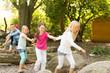 Kinder auf dem Spielplatz - 75197424