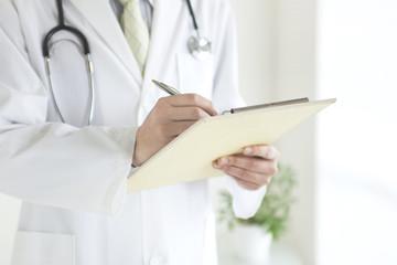 メモをとる医師