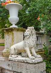 Павловск. Мраморный лев в дворцовом парке
