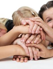 Kinderhände übereinander als Symbol
