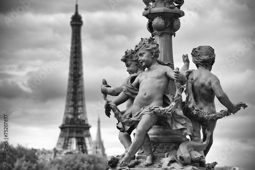Tuinposter Monument Paris France Eiffel Tower with Statues of Cherubs
