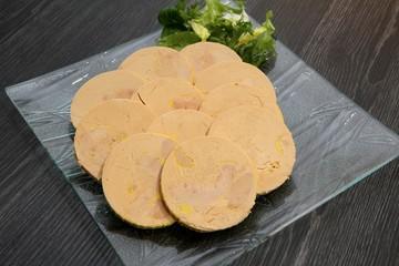 bloc de foie gras en tranches sur un plat