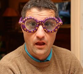 homme aux  lunettes,air ahuri
